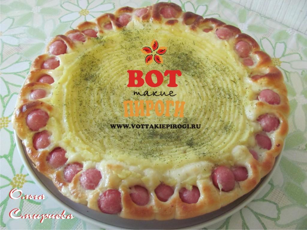 Красивый дрожжевой пирог с картофелем и сосисками