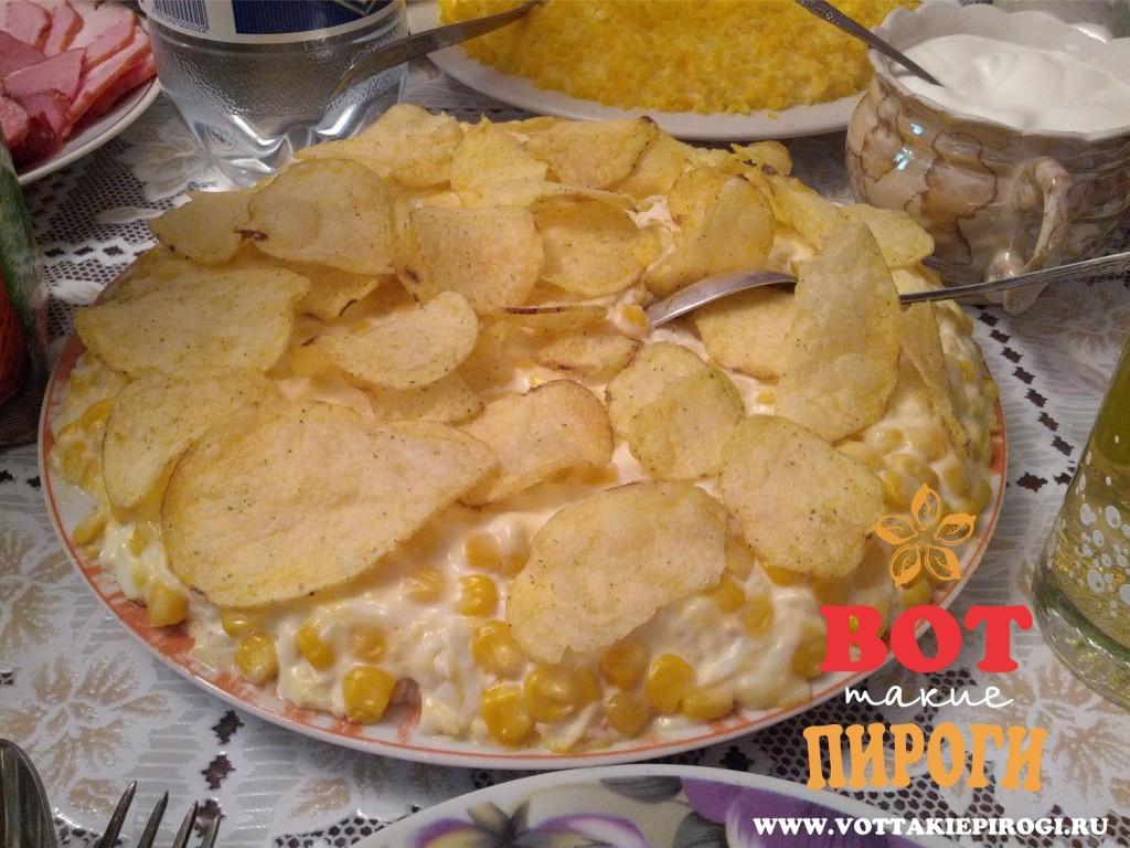 салат с чипсами и кукурузой